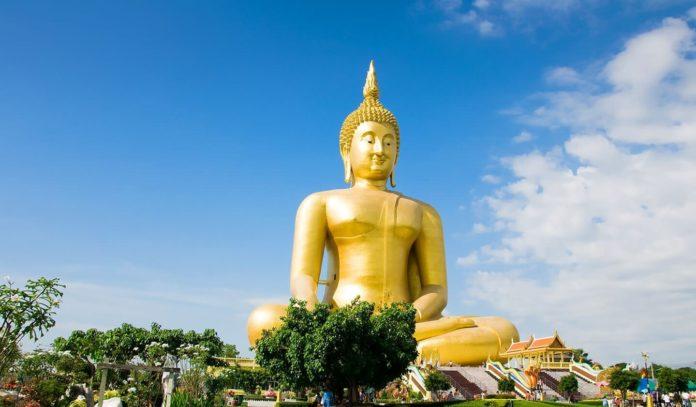 Золотая статуя Будды