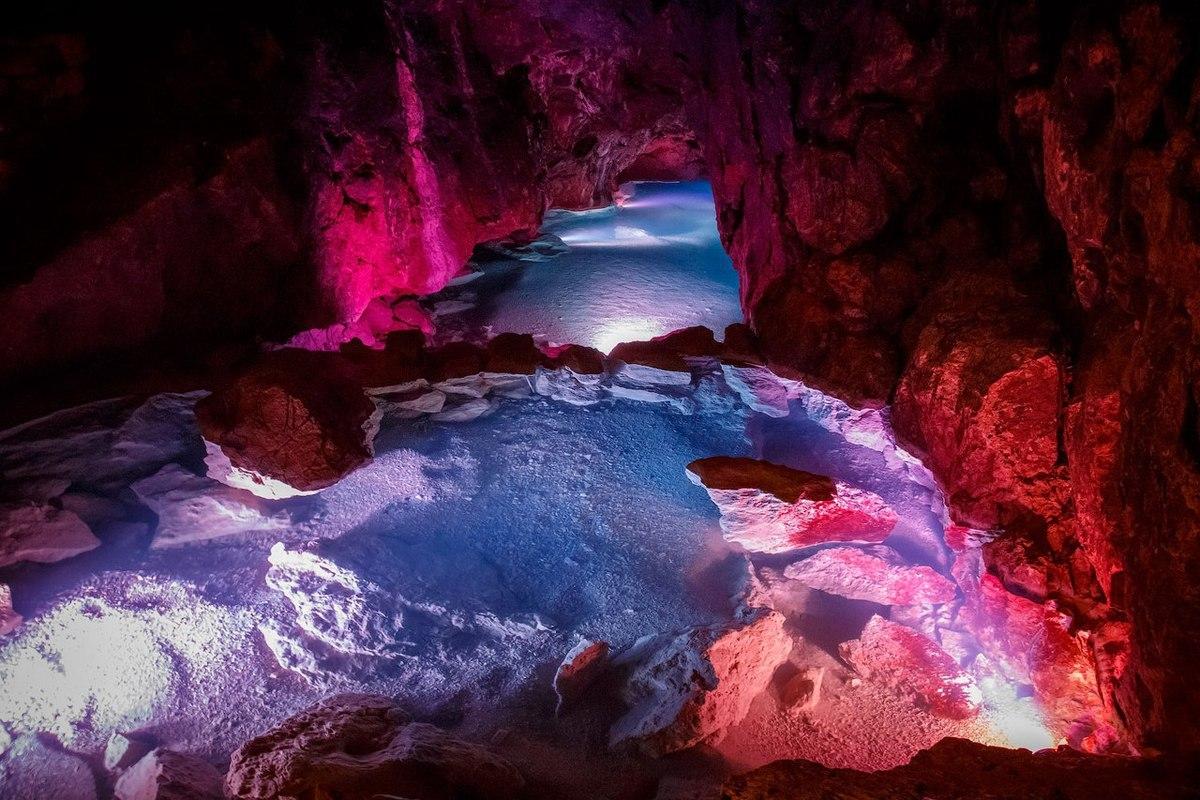 Достопримечательности Крыма - В пещере есть разноцветное искусственное освещение