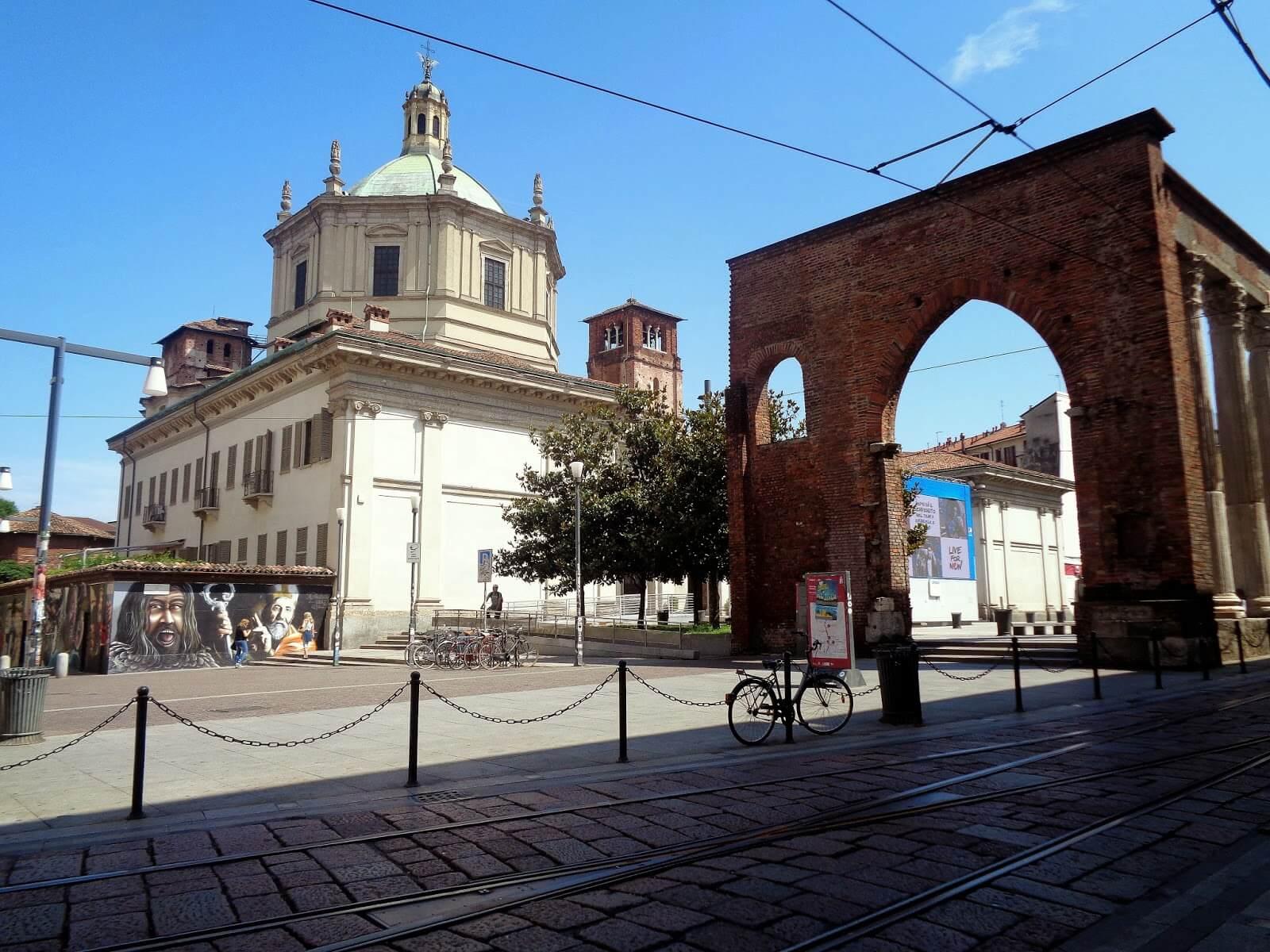 Ворота рядом с миланским храмом Базилика Сан - Лоренцо - Маджоре