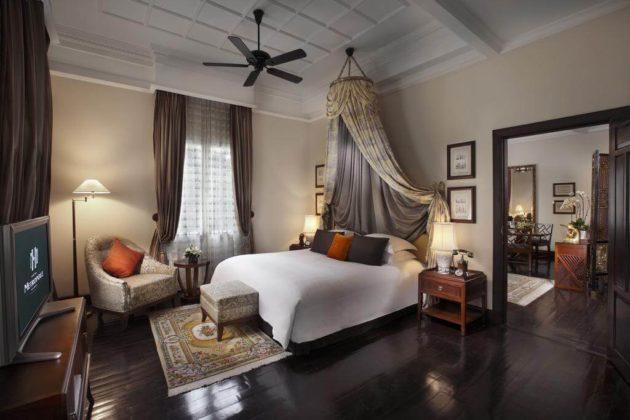Изящная кровать с балдахином в одном из номеров