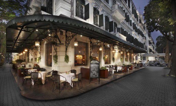 Уютный ресторан на улице прилегающий к отелю