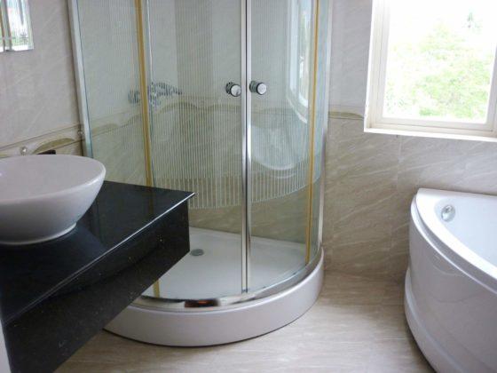 В ванной также есть душевая кабина