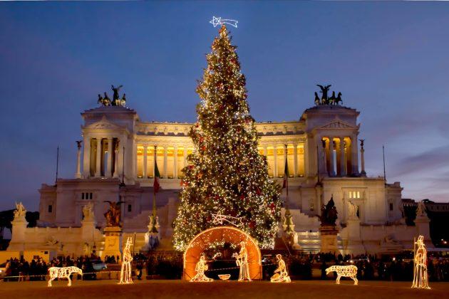 Елка и рождественские декорации рядом с памятником Виктора Эммануила II