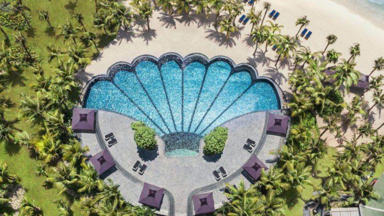 Красивый бассейн в виде цветочка на территории отеля