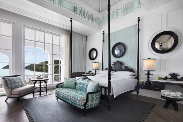 Изящная спальня с видом на море